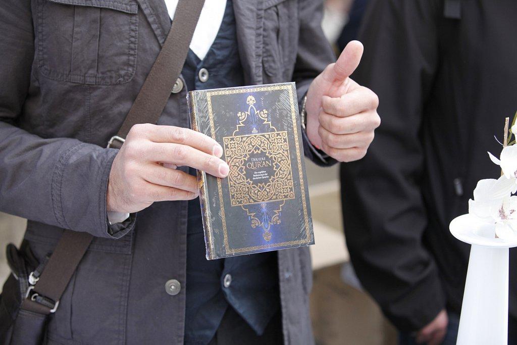 Salafisten verteilen den Koran in Bielefeld am 14.04.2012